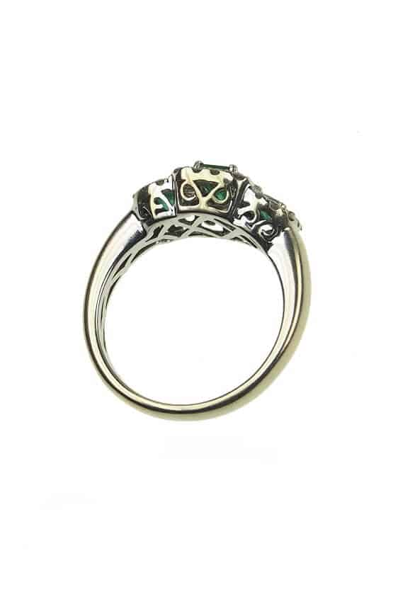 Vintage-Verlobungsring-mit-Diamanten-und-Smaragden-um-1960-Photo-©-2017-RHEINFRANK-Antique-Jewellery-Berlin-Antike-Verlobungsringe-Antikschmuck-994c
