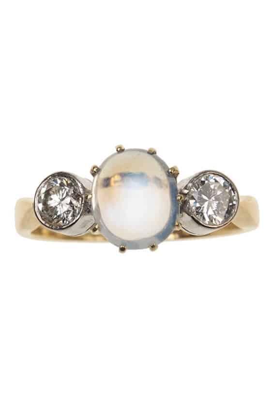 Vintage-Verlobungsring-mit-Mondstein-und-2-Diamanten-1960er-Jahre-Photo-©-2017-RHEINFRANK-Antique-Jewellery-Berlin-Antike-Verlobungsringe-Antikschmuck-664