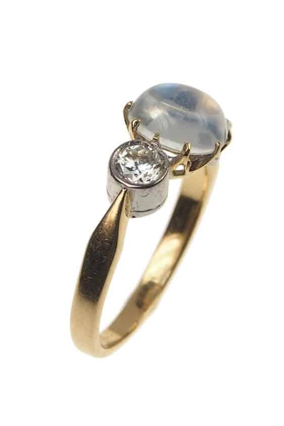 Vintage-Verlobungsring-mit-Mondstein-und-2-Diamanten-1960er-Jahre-Photo-©-2017-RHEINFRANK-Antique-Jewellery-Berlin-Antike-Verlobungsringe-Antikschmuck-664b