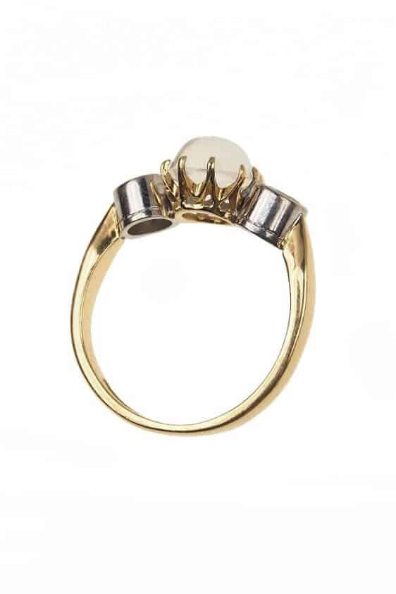 Vintage-Verlobungsring-mit-Mondstein-und-2-Diamanten-1960er-Jahre-Photo-©-2017-RHEINFRANK-Antique-Jewellery-Berlin-Antike-Verlobungsringe-Antikschmuck-664c