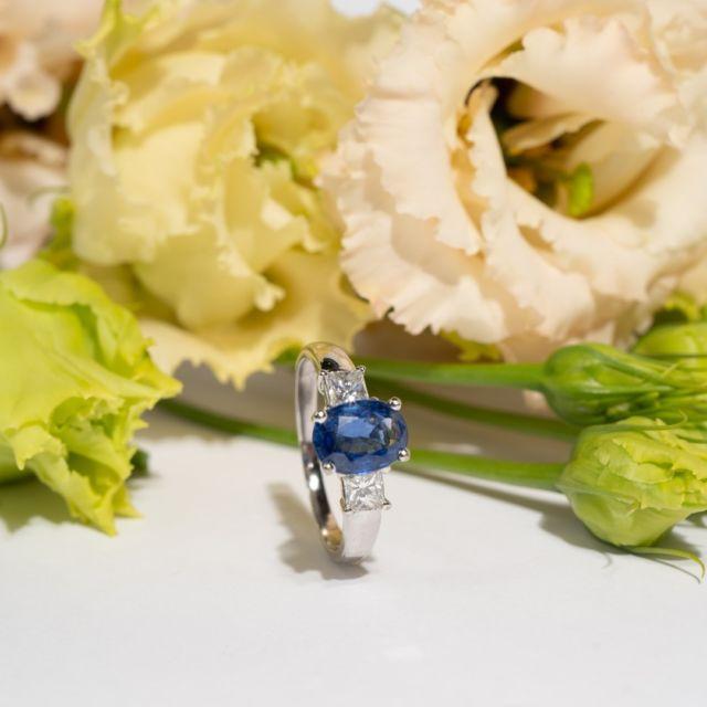 """""""Buy less. Choose well. Make it last. Quality, not quantity.""""⠀⠀⠀⠀⠀⠀⠀⠀⠀ Vivien Westwood⠀⠀⠀⠀⠀⠀⠀⠀⠀ ⠀⠀⠀⠀⠀⠀⠀⠀⠀ We agree with the designer. In terms of sustainability, we should all consume less and better. ⠀⠀⠀⠀⠀⠀⠀⠀⠀ ⠀⠀⠀⠀⠀⠀⠀⠀⠀ A good way to still satisfy the desire for something new? Vintage products like our jewellery.⠀⠀⠀⠀⠀⠀⠀⠀⠀ ⠀⠀⠀⠀⠀⠀⠀⠀⠀ This ring was made in London around 1970 and captivates with its mix of gold, sapphire and princess-cut diamonds. ⠀⠀⠀⠀⠀⠀⠀⠀⠀ ⠀⠀⠀⠀⠀⠀⠀⠀⠀ The colour is reminiscent of Princess Diana's famous engagement ring.⠀⠀⠀⠀⠀⠀⠀⠀⠀ ⠀⠀⠀⠀⠀⠀⠀⠀⠀ You can find this and other rings on www.antique-jewellery.com ⠀⠀⠀⠀⠀⠀⠀⠀⠀ ⠀⠀⠀⠀⠀⠀⠀⠀⠀ """"Kaufen Sie weniger. Wählen Sie sorgsam aus. Kümmern Sie sich gut um Ihre Sachen. Qualität, nicht Quantität.""""⠀⠀⠀⠀⠀⠀⠀⠀⠀ Vivien Westwood⠀⠀⠀⠀⠀⠀⠀⠀⠀ ⠀⠀⠀⠀⠀⠀⠀⠀⠀ Wir stimmen der Designerin zu. Im Sinne der Nachhaltigkeit sollten wir alle weniger und besser konsumieren. ⠀⠀⠀⠀⠀⠀⠀⠀⠀ ⠀⠀⠀⠀⠀⠀⠀⠀⠀ Eine gute Möglichkeit, dennoch die Lust nach etwas Neuem zu befriedigen? Vintage Produkte wie unsere Schmuckstücke.⠀⠀⠀⠀⠀⠀⠀⠀⠀ ⠀⠀⠀⠀⠀⠀⠀⠀⠀ Dieser Ring wurde um 1970 in London gefertigt und besticht mit der Mischung aus Gold, Saphir und Diamanten im Prinzessschliff. ⠀⠀⠀⠀⠀⠀⠀⠀⠀ ⠀⠀⠀⠀⠀⠀⠀⠀⠀ Farblich erinnert er an den berühmten Verlobungsring von Prinzessin Diana.⠀⠀⠀⠀⠀⠀⠀⠀⠀ ⠀⠀⠀⠀⠀⠀⠀⠀⠀ Diesen und weitere Ringe finden Sie auf www.antique-jewellery.de ⠀⠀⠀⠀⠀⠀⠀⠀⠀ ⠀⠀⠀⠀⠀⠀⠀⠀⠀ #schmuck #antique #jewellery #jewelry #unikat #unique #gold #sapphir #diamanten #artdeco #1970 #twentiethcentury #england #schmuckdesign #love #schmuckstück #style #jewelrylover #beauty #fashion #berlin #nachhaltig #nachhaltigerschmuck #sustainable #ring #bijoux #diamonds #bemine #engagement #hochzeit"""