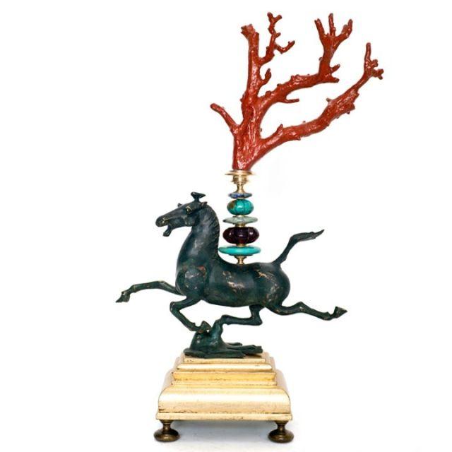 Fliegendes Pferd, Replique Han Dynastie, Zweig - rot bemalt, Sockel blattvergoldet mit Schlagmetall, Höhe 39 cm